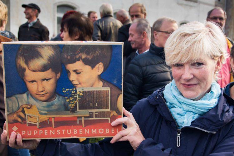 Kerstin Flade-Drechsel zeigt Ihr Kinderfoto(li) auf dem Karton vom Vero Puppenstubenmoebel, Tochter des entwicklungschefs Helmut Flade, heute Geschaeftsfuehrerin der Werkstaetten Flade